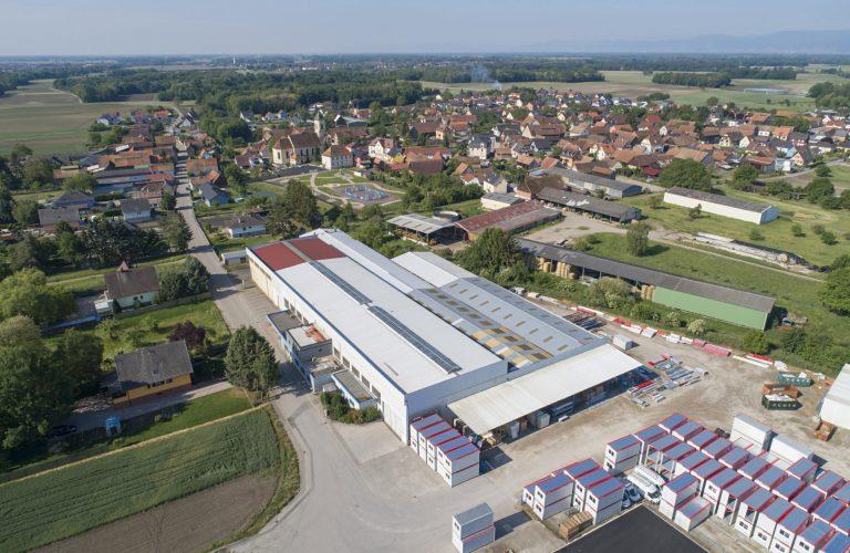 Le siège et l'usine occupent 21000 m2 à Bindernheim, en Alsace, dont 8000 m2 d'ateliers de production dédiés à la préfabrication de bâtiments modulaires.